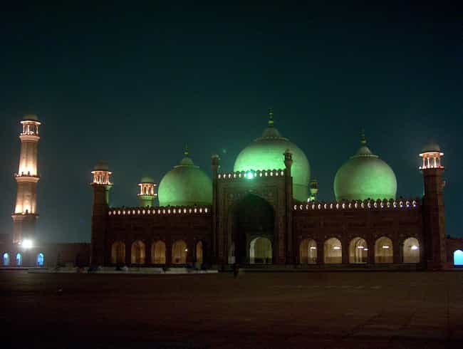 Badshahi Mosque is listed (or ranked) 4 on the list The World's Biggest Mosques