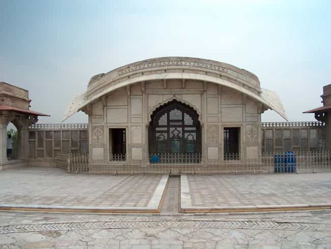 Naulakha Pavilion is listed (or ranked) 5 on the list Famous Mughal architecture buildings
