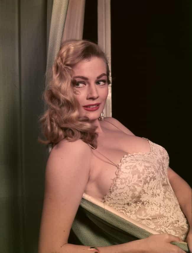 Sexy young swedish women, cumming with dildo