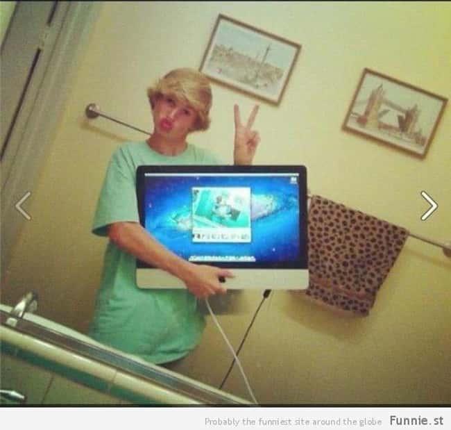 full monitor screen blurry selfie photo u1?w=650&q=60&fm=jpg - Les 20 selfies les plus ratés de tous les temps