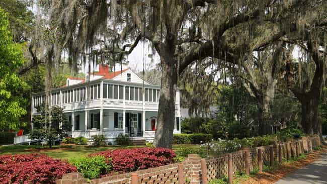 """The """"Forrest Gump"""" Hou... is listed (or ranked) 7 on the list The Most Iconic Houses from Movies & TV"""