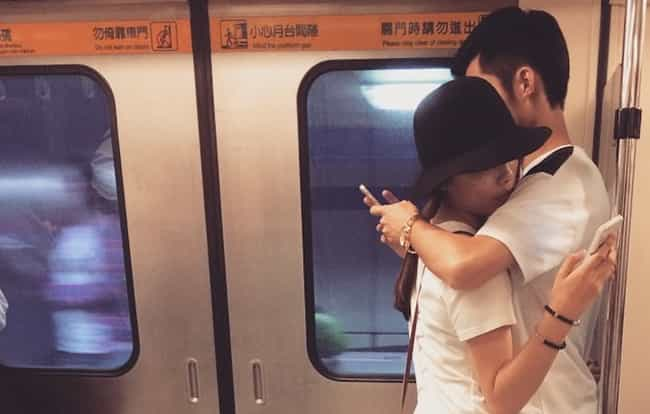 28 Photos That Prove We're Too Obsessed With Our Phones