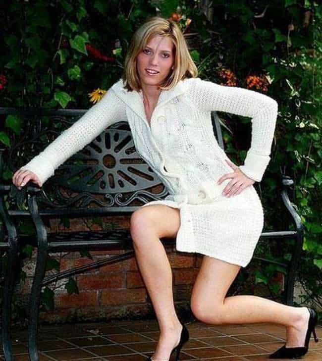 24 Incredibly Awkward Modeling Poses That'll Make You Cringe