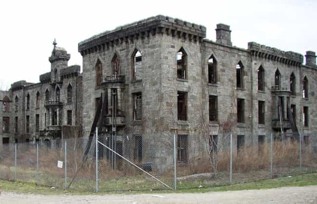 30,000 People Died At Th... is listed (or ranked) 3 on the list Once A Prime Spot Of Cruelty And Suffering, New York City's Posh Roosevelt Island Is Deeply Haunted