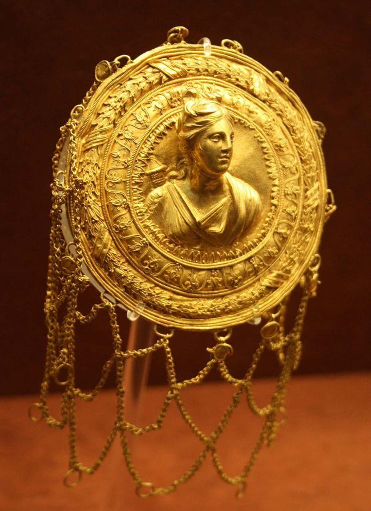 Golden Hairnet Featuring The Goddess Artemis (c. 3rd Century BC)