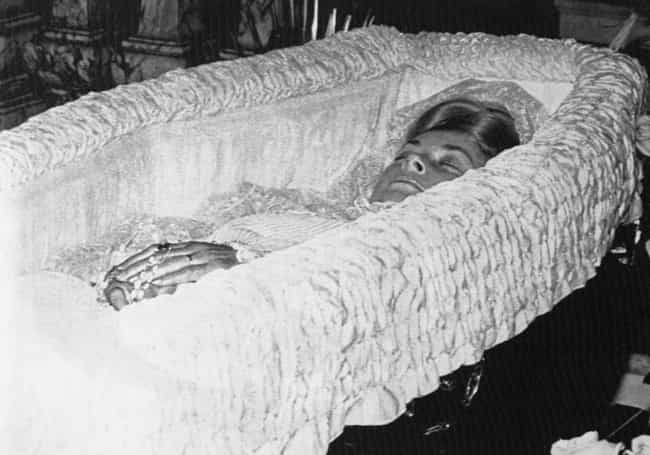 Grace Kelly is listed (or ranked) 4 on the list 17 Photos From Celebrity Open Casket Funerals
